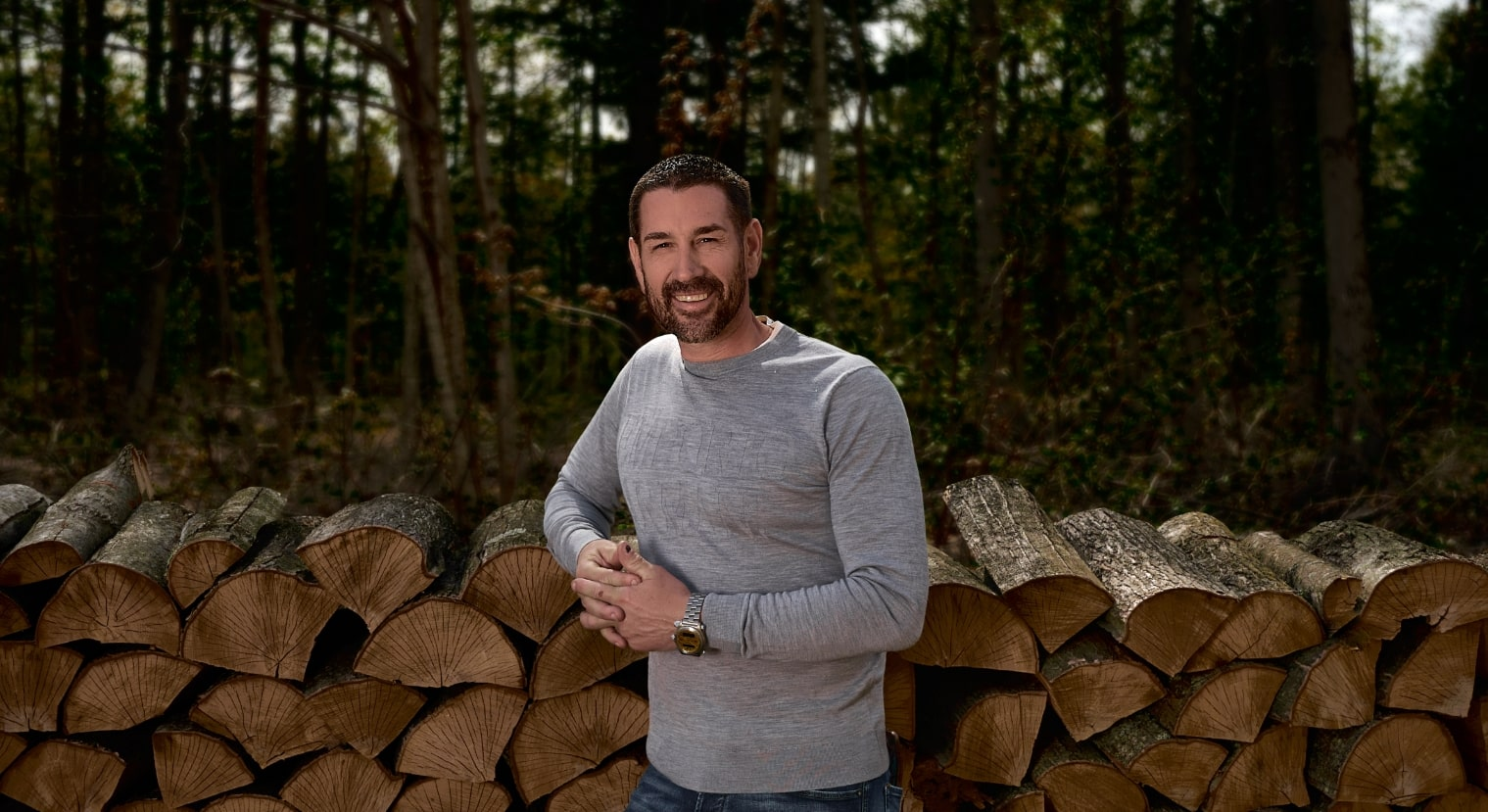 Marc Saulnier avec en fond des cordes de bois | Foravi