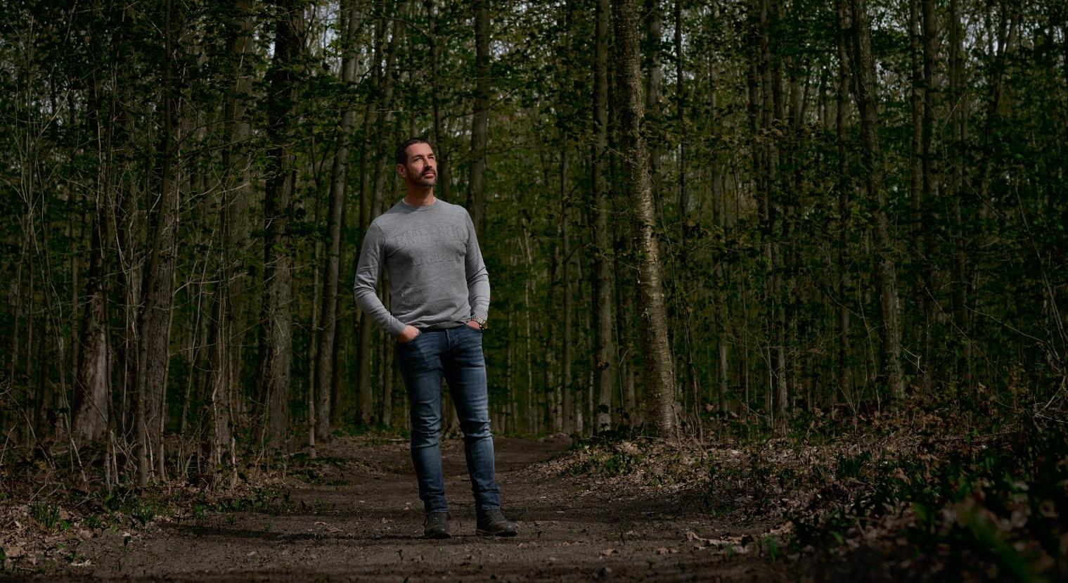 Marc Saulnier debout dans la forêt | Foravi